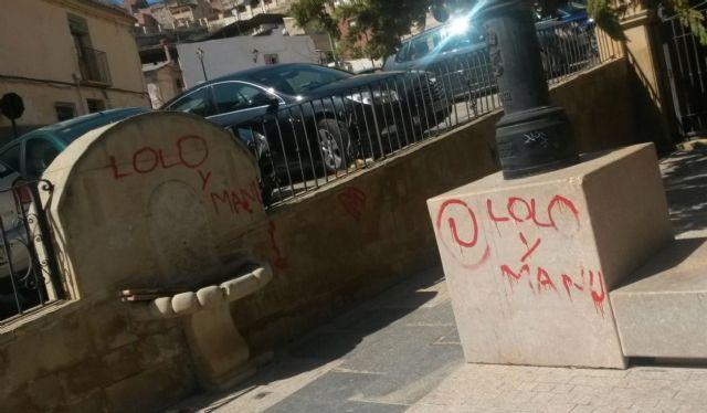 El PSOE solicita la rehabilitación de la Plaza Cardenal Belluga ante el peligro de desprendimientos