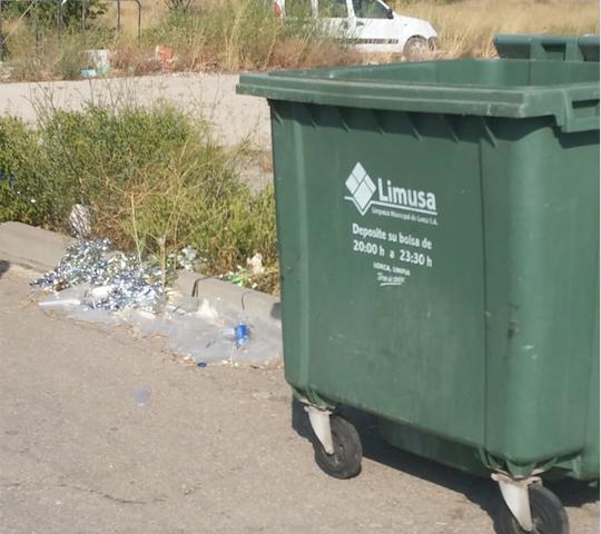 La explanada del Instituto de La Paca sigue llena de basura 15 días después de un concierto