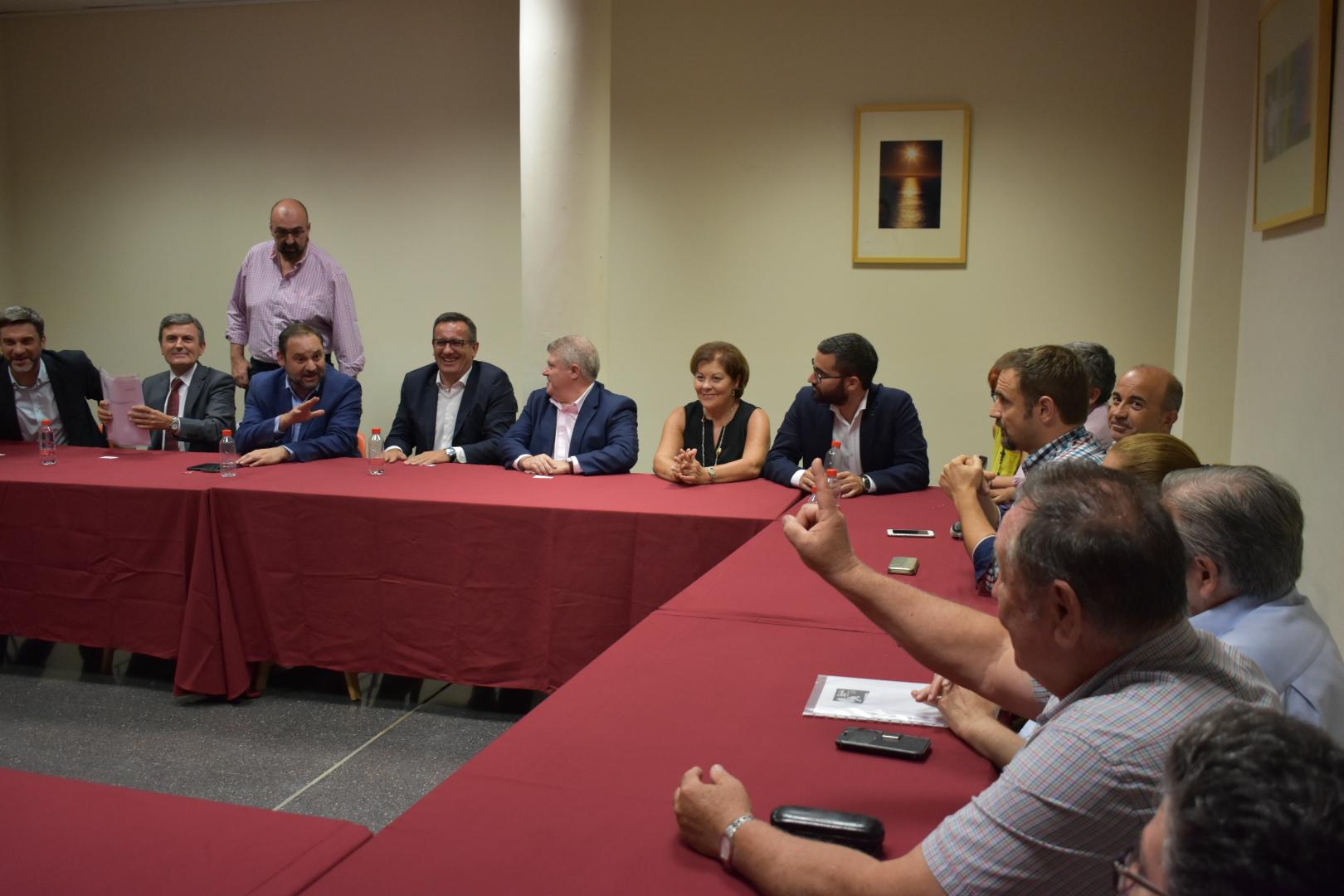 El ministro José Luis Ábalos se reúne con los afectados por la devolución de las ayudas del terremoto de Lorca