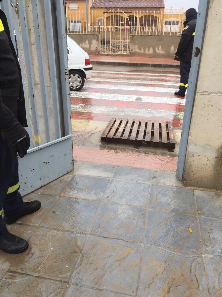 El PSOE reclama en el Pleno del Ayuntamiento el arreglo del acceso principal del colegio de Zarcilla de Ramos para evitar inundaciones