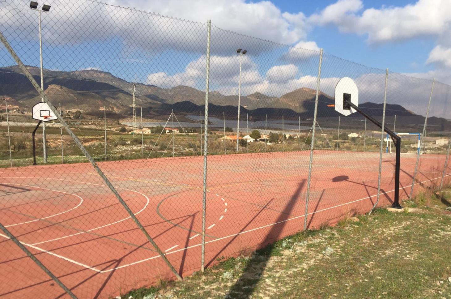 El PSOE exige al Ayuntamiento de Lorca que recupere el sistema de alumbrado de la pista polideportiva de la pedanía de Morata