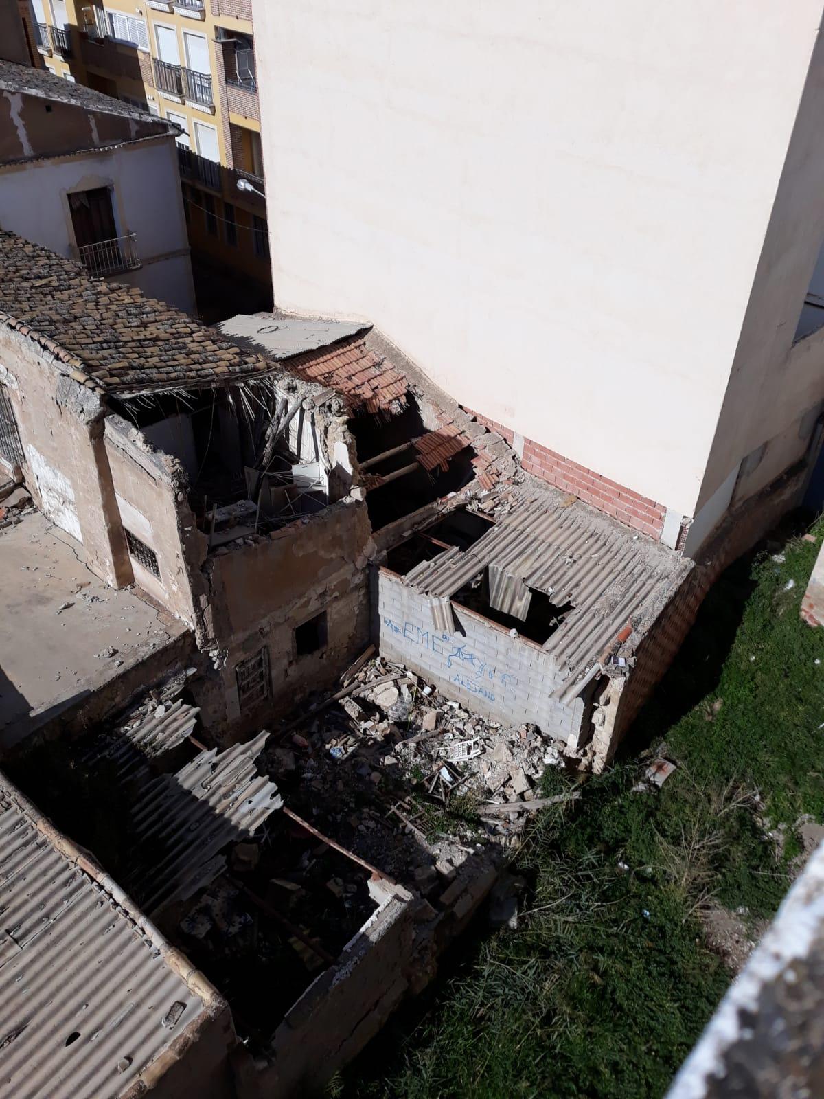 El PSOE exige la retirada urgente de las planchas de amianto rotas existentes sobre varias edificaciones ruinosas en calle Charco, junto al parque de Los Curtidores
