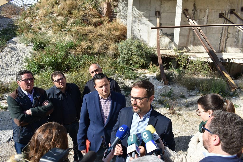 """El PSOE exige la remodelación de la calle Portijico y el cierre urgente de un solar abandonado convertido en un """"quebradero"""" de cabeza para los vecinos"""